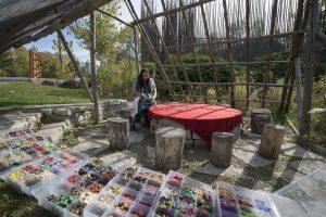 Atelier de collier traditionnel, activité autochtone - Hôtel Musée Premières Nations